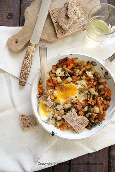 Minestra di fagioli con finferli, zucca e un uovo - Salutiamoci -