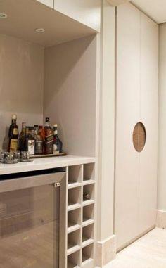 Na foto, Adega e Armário executados pela Marcenaria Sapelli. A decoração do apartamento no bairro Panamby, em São Paulo, é assinada pela designer de interiores Marília Brunetti de Campos Veiga