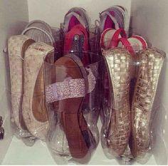 Garrafas PET cortadas são perfeitas para organizar as sapatilhas. Principalmente em espaços pequenos!