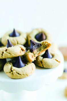 Crunchy recipe of peanut butter blossoms full menus that feature your favorite ingredients. Peanut Butter Blossom Cookies, Evaporated Milk, Bisquick, Stuffed Mushrooms, Frozen, Vegetables, Easy, Recipes, Food