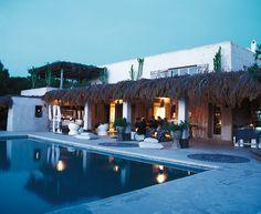 Avec son décor bohème chic, la maison de Consuelo Castiglione, créatrice inspirée de Marni, est une ode aux années 60-70 et au nomadisme raffiné, sous le soleil de Formentera © Julien Oppenheim