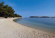 Strand in Rovinj Kroatien, diese ist ein Kiesstrand es gibt auch Strände mit Beton und einige Naturstrände in Rovinj