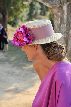 Invitadas & novias con canotiers   confesiones de una boda Celebration Day, Love Hat, Party Guests, People Around The World, Wedding Events, Weddings, Hair And Nails, Cowboy Hats, Beautiful Dresses