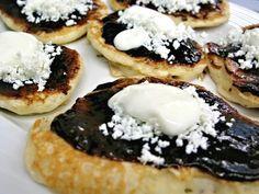 Recept na Lívance podle našich babiček. Lívance podle receptu z minulého století, jak je připravovaly naše babičky. Jedná se o variantu kynutých lívanců usmažených na sádle dozlatova, servírovaných potřených marmeládou a ozdobených tvarohem a ušlehanou smetanou. Griddle Cakes, Czech Recipes, I Foods, Sweet Recipes, Cheesecake, Deserts, Dessert Recipes, Food And Drink, Pie