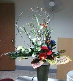 로사의 작품 재료 : 다래덩쿨, 까치밥, 라스, 거베라, 용담초, 소철, 리시안 약간 집에서 다시 꽂아본 작품 세내기 꽃장님들을 위한 꽃꽂이 강습입니다. 엘리사벳 꽃장님께서 새내기 꽃장님들께 이번주에 있을 순교자의 날