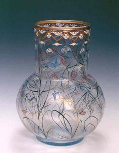 Emile Gallé, vase Herbes et papillons, vers 1879. Verre clair de lune, émaux, rehauts d'or. 28,8x22,7cm. Inv. SAA1. Don de la société des amis des arts et des musées de Nancy, 1965