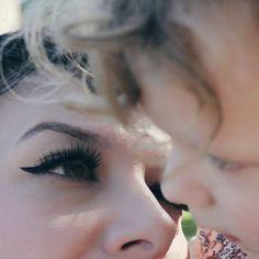 """Elodie Mariette (@d_ici_a_la_lune) photographie sa famille avec un regard tendre et complice. Mais, aujourd'hui, en ce jour de fête des Mères, c'est la maman que nous mettons en lumière. Avec cinq enfants, Elodie prend plaisir à saisir les instants du quotidien, que ce soit un sourire, la lumière rasante sur la rivière ou un plat gourmand. """"Une belle photo d'un de nos enfants peut me combler pour la journée, dit-elle. Je reviens toujours à l'essentiel: mon village. Tout y est vert, il y a la…"""