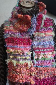 art yarn weaving (scarves) Weaving Textiles, Weaving Art, Loom Weaving, Tapestry Weaving, Hand Weaving, Loom Knitting, Free Knitting, Knitting Machine, Vintage Knitting