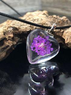 Dieser Epoxidharz Herz Anhänger ist das perfekte Geschenk für sich selbst und für Ihre liebsten.Der herzförmige Anhänger wurde mit einer echten Blume vereint und in herzform gebracht.Der Herzanhänger kann je nach Wunsch mit Lederband, Edelstahlband oder Baumwollband geliefert werden. Charms, Epoxy, Design, Craft Jewelry, Boho Jewelry, Hippie Jewelry, Real Flowers, Minimalist Jewelry, Mens Jewellery
