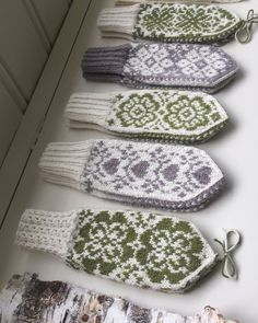 Vottemønster,Sokkemønster ,mønster til pannebånd og mini Selbu 🐑🇳🇴 | FINN.no Fingerless Mittens, Knit Mittens, Knitting Patterns, Crochet Patterns, Knitting Ideas, Lucky Horseshoe, Mittens Pattern, Patterned Socks, Headband Pattern