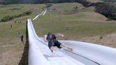 Cada vez son más las cosas que hacen que tenga ganas de ir a Nueva Zelanda. Mirá este tobogán de 600 metros de largo que se mandaron estos tipos. Increíble. 93 metros de pendiente y llegás a pasar los 50 kilómetros por hora de velocidad. Un minuto y medio de diversión extrema.