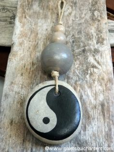 Suspension déco Yin Yang Brick Crafts, Diy Collier, Creative Labs, Painted Stones, Zentangles, Yin Yang, Stone Painting, Rock Art, Decoration