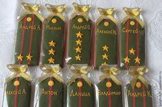 Купить или заказать Имбирные пряники 'Погоны' в интернет-магазине на Ярмарке Мастеров. Пряники из имбирного теста со специями ,медом и свежим имбирем,покрытые сахарной глазурью,очень ароматные и вкусные. Размер пряника большой-для мужчин в самый раз! Стоимость указана за 1 пряник в упаковке, как на фото . Цвета и формы могут быть разные.