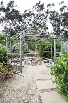 'n Waterwys lushof van vetplante en fynbos Weeding, Pergola, Things To Come, Fire, Outdoor Structures, Garden, Water, Plants, Gripe Water