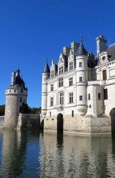 Château de Chenonceau Tour the Impressive Château and Cruise under the Arches Beautiful Castles, Most Beautiful, Beautiful Places, Beautiful Gardens, Chateau Medieval, Medieval Castle, Places To Travel, Places To See, French Castles