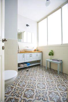 השדרה הירוקה שניצבת מחוץ לבית שלפניכם השפיעה על כל עיצובו: מכל חלל ניתן לראות אותה, הצבעים בבית הותאמו אליה, והאווירה החמה והרגועה משלימה אותה למראה טבעי ומאוורר Bathroom Closet, Bathroom Toilets, Bathroom Layout, Bathroom Interior Design, Contemporary Shower, Toilet Room, Shower Units, Bathroom Organization, Planer