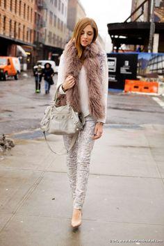 Chiara Ferragni, autrice del blog The Blonde Salad, in una sua foto alla NYFW Fall 2013. In occasione della sfilata DL1961, indossa capi ...