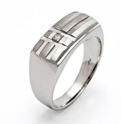 El anillo de oro blanco CALESA es uno de los modelos de sortija de diamantes más modernas y elegantes de nuestro catálogo de joyas. Se trata de un anillo para caballeros fabricado en oro blanco de primera ley ideal para aquellos hombres que busquen lucir una joya de diamantes que acapare la atención de todos allá donde vaya. Puedes adquirirlo en www.joyeriaydiamantes.com