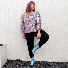 Printed top, leggings and colored bootie | For more style inspiration visit 40plusstyle.com How To Wear Leggings, Trousers, Booty, Style Inspiration, Printed, Color, Tops, Fashion, Trouser Pants
