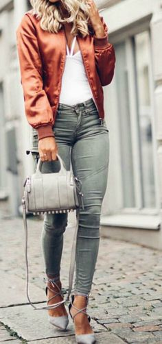 I love how she styled this satin rose gold women's bomber jacket this the perfect way and exactly how to wear and style a bomber jacket. This Streetstyle outfit idea with skinny jeans and flats perfect for fall