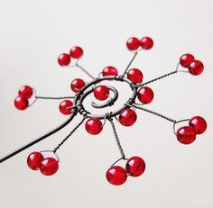 Zápich - Vločka červená Dekorativní zápich - vločka zdobená červenými korálky. Jako zápich do květináče, vypadá krásně u okna, kde prosvítají korálky, jako vánoční ozdoba, jako dekorace k suchým vazbám..jak je libo :) Celková délka cca 38 cm, vločka cca 7,5 cm. Kus od kusu se mohou minimálně lišit. Cena za jeden kus. V nabídce i čirá varianta. Ve vlhku železný ...