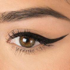 #HowToApplyEyeliner Winged Eyeliner Tutorial, Simple Eyeliner, How To Apply Eyeliner, Winged Liner, Black Eyeliner, Perfect Eyeliner, Eyeliner Pencil, Eyeshadow For Green Eyes, Silver Eyeshadow
