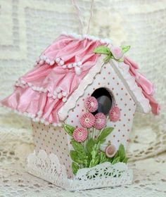 So shabby sweet. Decorative Bird Houses, Bird Houses Painted, Birdhouse Craft, Craft Projects, Projects To Try, Spool Crafts, Bird Bath Garden, Ikea, Bird Pictures