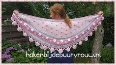 Haakwerk Coffin Nails pink n white coffin nails Crochet Shawls And Wraps, Knitted Shawls, Crochet Scarves, Crochet Clothes, Crochet Coat, Diy Crochet, Crochet Triangle, Freeform Crochet, Irish Lace