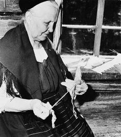 Mrs. Elmi (Ilmi?) Tsokkinen nalbinds, 1958, photo by István Rácz, National Board of Antiquities, Finland ; rouva Elmi (Ilmi?) Tsokkinen neuloo kinnasta Pertinotsan (Suojärvi Moisenvaara) pirtissä  Rácz István 1958 National Board of Antiquities pysty, mustavalkoinen