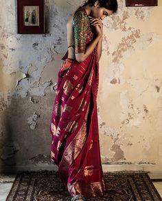 7 Blouse Designs which will Leave You Mesmerized Indian bride looks the best when she wear a saree! Banaras Sarees, Kanchipuram Saree, Silk Sarees, Bengali Saree, Indian Sarees, Indian Wedding Outfits, Indian Outfits, Indian Clothes, Lehenga
