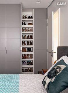 Na sapateira, lateral à cama, couberam os muitos sapatos dos moradores. Os armários (Celmar) são de laca fosca cinza.
