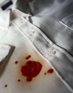Eliminar manchas de roupas depende de três fatores: tempo de exposição do tecido à mancha, tipo de tecido e tipo de produto que causou a mancha. VEJA DICAS!