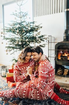 I have always loved the trend of matching-PJ photos (not to brag or anything but I was way ahead of my time with this, roping my reluctant husband into wearing matching PJs with me for a Christmas … Cute Christmas Outfits, Christmas Couple, Xmas, Matching Christmas Pajamas Couples, Christmas Tree Pictures, Christmas Engagement, Christmas Photography Couples, Couple Outfits, Photoshoot