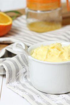 La crema pasticcera all'arancia è una variante della classica crema pasticcera ottima da gustare sotto le feste natalizie; aromatizzata con la buccia e il succo dell'arancia la crema ha un sapore più delicato che si presta molto bene per la preparare del panettone o pandoro farcito.
