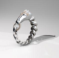 Bracelet Galop Hermès http://www.vogue.fr/joaillerie/a-voir/diaporama/exposition-ecrin-argent-bijoux-hermes-paris/24892#bracelet-galop-herms