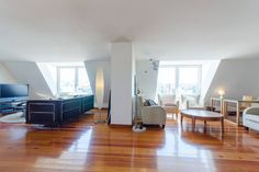 Apartamento en Lisboa, Portugal. Located in the heart of charming Lisbon, between Avenida da Liberdade and Principe Real. Stunning views from the 60m2 living-room, the balcony and the two suites. Wifi, cable TV and heating. Family friendly.  A comfortable 200 m2 apartment that tr...