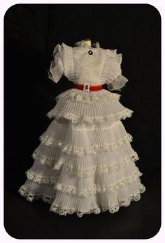 Diseñado por Walter Plunkett, este vestido es propio de una mujer coqueta pero con un carácter fuerte. Así nos muestran a Escarlata O'Hara en lo que el viento se llevó. El vestido blanco de volantes con bordados, es tan sutil que hace resaltar la personalidad de la protagonista