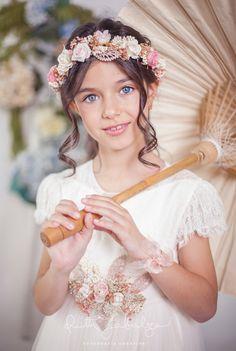 Ruth Zabalza: Fotos de Comunión en estudio a la dulce Claudia Baby Flower Crown, Cute Poses, First Holy Communion, Girls Image, Flower Girl Dresses, Flower Girls, Photo Props, Snow White, Wedding Dresses