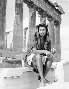 1956 ~ Sophia Loren at the Acropolis, Athens, Greece. Sophia Loren, Loren Sofia, Hollywood Icons, Old Hollywood, Classic Hollywood, Italian Actress, Italian Beauty, Marlene Dietrich, Portraits