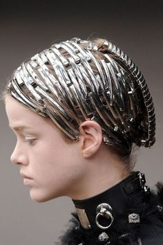 """Alexander McQueen using silver within the hair giving it an armoured effect Alexander Mcqueen, Pelo Multicolor, Avant Garde Hair, Vanitas, Future Fashion, Harpers Bazaar, Hair Art, Mode Inspiration, Headgear"