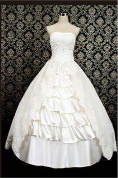 Robe de mariée à plusieurs niveaux incruste de perles et d´appliques