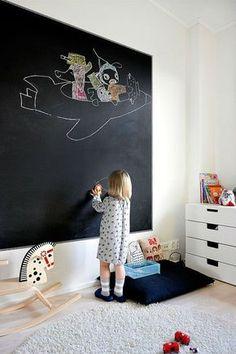 Neste exemplo, uma grande parte da parede do quarto infantil foi pintada com tinta preta fosca. Virou um imenso quadro, pra criançada se esbaldar