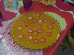 mango hyyytelö arki kakku  :) - dominokeksipohjavaniljatuorejuustoomangorahka mangosose..uudessa pahvipurkiss...mansikoita päällä 4 liivatelehtee...hyytyyy ...arki koristus kakku nopee tehä..hätä vierasvaralle...onnistuu ilman kermaakin ...vähemmän sit rasvaaa   :) - Sanna Kaija - Aina on aihetta leipoa kakku -kilpailun satoa 15.4. - 16.6.2014 https://www.facebook.com/leivojakoristele