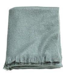 H&M  En melerad, grågrön pläd i mjuk, vävd kvalitet. Pläden har fransar längs med kortsidorna. 130x170 cm. 100% akryl. Maskintvätt 30˚.  299 SEK