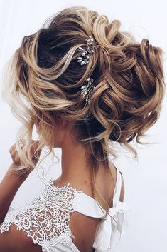 50 Awesome Curly Wedding Hairstyles Almost all of the curly wedding hairstyles are for girls with straight hair. They may take longer at hair salon. But it worth for sure! And it will cr. Dark Curly Hair, Curly Wedding Hair, Curly Hair Men, Curly Hair Styles, Bride Hairstyles, Cool Hairstyles, Bohemian Bride, Chic Wedding, Straight Hairstyles