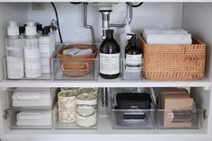 Throw out non essential items, and keep products minimal. Pin curated by Alvaro . Bathroom Organisation, Kitchen Organization, Organizing, Organized Bathroom, College Organization, Organization Hacks, The Home Edit, Sink Organizer, Bathroom Interior Design