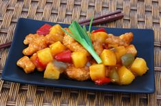 This simple sweet and sour chicken recipe is an easy crowd-pleasing dish. Cooking For A Crowd, Food For A Crowd, No Sugar Foods, Sugar Diet, Side Dish Recipes, Side Dishes, Sweet N Sour Chicken, Coleslaw, Chinese Food