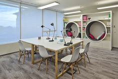 Já pensou unir trabalho com momentos de descanso? Este escritório em Warsaw, na Polonia fez exatamente isso.
