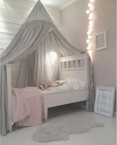 Wit bed met klamboe