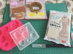 100均にある石粉粘土で手作りディフューザーが作れるんです。その名も『アロマストーン』。石膏に精油を染み込ませる芳香剤です。石膏風になる石粉粘土はアロマストーンDIYに最適! Polymer Clay Jewelry, Resin Jewelry, Jewelry Crafts, Handmade Crafts, Diy And Crafts, Clay Dolls, How To Make Diy, Stamp, Crafty Projects